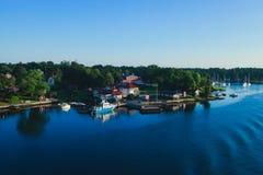 斯德哥尔摩群岛礁和郊区美好的超级广角鸟瞰图有经典瑞典斯堪的纳维亚被设计的轻便小床的 库存图片
