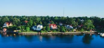 斯德哥尔摩群岛礁和郊区美好的超级广角鸟瞰图有经典瑞典斯堪的纳维亚被设计的轻便小床的 免版税库存图片