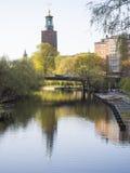 斯德哥尔摩运河和香港大会堂 免版税库存图片