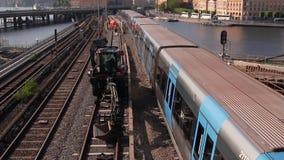 斯德哥尔摩都市风景,前景的火车通行证 运输在瑞典的首都 股票录像