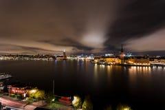 斯德哥尔摩香港大会堂和Riddarholmen在夜之前 免版税库存图片