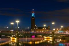 斯德哥尔摩香港大会堂,瑞典的夜视图 免版税库存图片