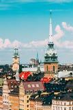 斯德哥尔摩,瑞典 与格特鲁德` s教会的高尖顶的历史中心在Gamla斯坦,老镇在中央 免版税库存图片