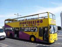 斯德哥尔摩,瑞典- 2007年7月:旅游双层汽车乘驾通过介绍游人的斯德哥街道给视域 图库摄影