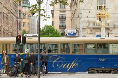 斯德哥尔摩,瑞典- 2016年5月28日:咖啡馆电车在市中心 免版税库存图片
