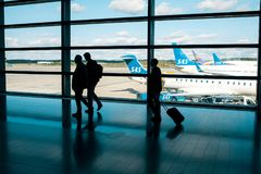 斯德哥尔摩,瑞典2017年8月30日:商人在进来为着陆的机场 航空器航空公司SAS 免版税库存图片