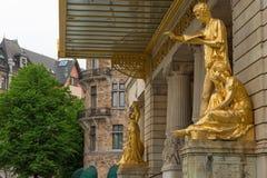 斯德哥尔摩,瑞典- 2016年5月28日:在皇家微量的金雕象 图库摄影