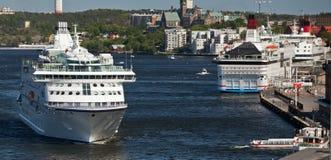 斯德哥尔摩,瑞典- 2011年6月5日:国际旅游轮渡在斯德哥尔摩中水域  免版税库存图片
