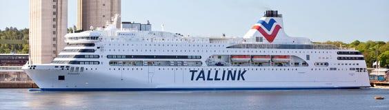 斯德哥尔摩,瑞典- 2011年6月5日:国际旅游轮渡Tallink公司Romantika从里加口岸的在斯德哥尔摩港  免版税库存图片