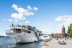 斯德哥尔摩,瑞典- 2017年7月18日:在赫顿夫人船的看法有香港大会堂的在背景中,在晴朗的夏日在斯德哥尔摩 免版税库存图片