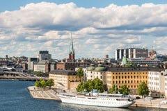 斯德哥尔摩,瑞典- 2017年7月14日:在Riddarholmen海岛的看法,教会和赫顿夫人运送 斯德哥尔摩,瑞典的市中心 免版税库存照片