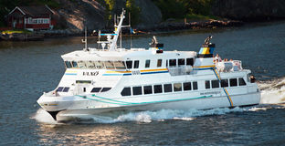 斯德哥尔摩,瑞典- 2012年5月15日:Vaxo旅游船在Saltsjon海湾中水域在斯德哥尔摩 免版税库存图片