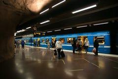 斯德哥尔摩,瑞典-第22 2014年5月 拥挤地铁的乘客得到斯德哥尔摩SL的断断续续的驻地平台插孔 免版税图库摄影