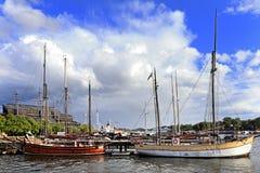 斯德哥尔摩,瑞典-靠码头由Djurgarden海岛的小船与 免版税库存图片