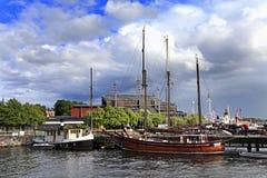 斯德哥尔摩,瑞典-靠码头由Djurgarden海岛的小船与 库存照片