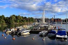 斯德哥尔摩,瑞典-靠码头由Djurgarden海岛的小船 库存图片