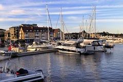 斯德哥尔摩, Vaxholm海岛,瑞典-口岸和小游艇船坞在V镇  库存图片