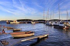 斯德哥尔摩, Vaxholm海岛,瑞典-口岸和小游艇船坞在V镇  免版税图库摄影