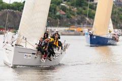 斯德哥尔摩- 6月, 30 :接近岸的风船4TYONE与乘员组a 免版税图库摄影