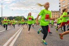 斯德哥尔摩- 8月, 17 :特写镜头孩子的许多小组之一 库存照片