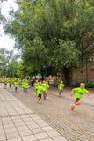 斯德哥尔摩- 8月, 17 :竞争的孩子在许多小组中fo之一 库存图片