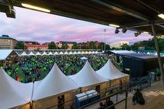 斯德哥尔摩- 8月, 17 :聚集在午夜奔跑(M前的人们 库存照片