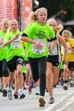 斯德哥尔摩- 8月, 17 :跑在午夜奔跑的女孩捕获 免版税库存照片