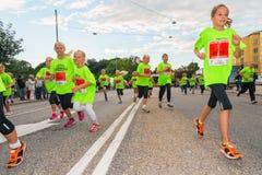 斯德哥尔摩- 8月, 17 :跑在Midni的孩子的小组 免版税库存照片