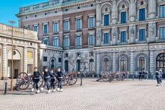斯德哥尔摩 瑞典 在王宫附近的卫兵 免版税库存图片