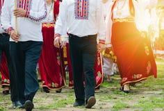 斯拉夫的男人和妇女户外传统服装的 免版税库存图片