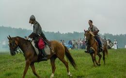 斯拉夫的部落的古老争斗的现代重建在历史俱乐部第五个节日的在Zhukovsky区 免版税图库摄影