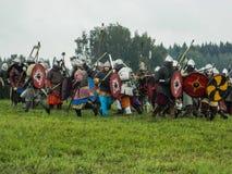 斯拉夫的部落的古老争斗的现代重建在历史俱乐部第五个节日的在Zhukovsky区 库存图片