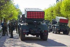 斯摩棱斯克,俄罗斯- 2018年5月03日:军用设备在前面 免版税库存照片