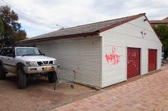 斯旺西澳大利亚有交通和停放的汽车的镇街道 库存图片