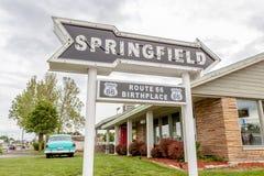 斯普林菲尔德密苏里,美国2014年5月18日 斯普林菲尔德路箭头 库存照片