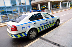 斯柯达在国际布拉格aiport的警车 免版税库存图片