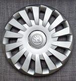 斯柯达汽车做的冬天轮胎的现代轮毂罩插孔盖子 库存图片