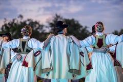 斯洛伐克传统民俗的服装和舞蹈家 免版税库存照片