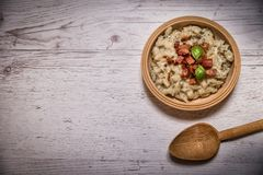 斯洛伐克传统盘土豆尼奥基用绵羊` s乳酪,在桌摆的一张木桌子上 免版税图库摄影
