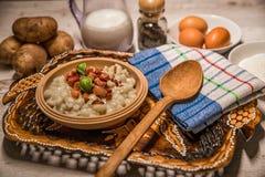 斯洛伐克传统盘土豆尼奥基用绵羊` s乳酪,在桌摆的一张木桌子上 库存图片