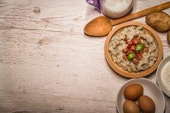 斯洛伐克传统盘土豆尼奥基用绵羊` s乳酪,在桌摆的一张木桌子上 库存照片
