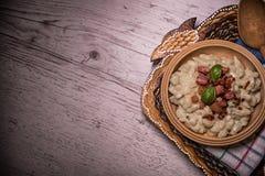 斯洛伐克传统盘土豆尼奥基用绵羊` s乳酪,在桌摆的一张木桌子上 图库摄影