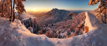斯洛伐克山,在日落, skaly Sulovske的冬天风景 图库摄影
