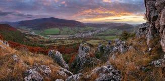 斯洛伐克的山的传统村庄秋天 免版税库存照片