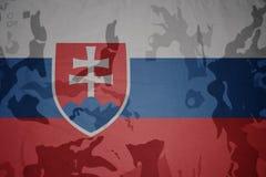 斯洛伐克的旗子卡其色的纹理的 装甲攻击机体关闭概念标志绿色m4a1军用步枪s射击了数据条工作室作战u 免版税库存图片