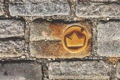 斯洛伐克,布拉索夫 在鹅卵石街道的黄铜冠标志 图库摄影