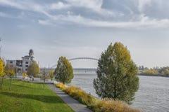 斯洛伐克,布拉索夫- 2017年11月5日, 有阿波罗桥梁的多瑙河 库存图片