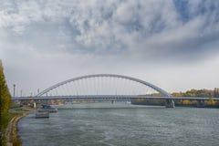 斯洛伐克,布拉索夫- 2017年11月5日, 有Appolo桥梁的多瑙河 免版税库存图片
