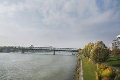 斯洛伐克,布拉索夫- 2017年11月5日, 有SNP桥梁的多瑙河 库存照片