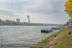 斯洛伐克,布拉索夫- 2017年11月5日, 有SNP桥梁的多瑙河 库存图片